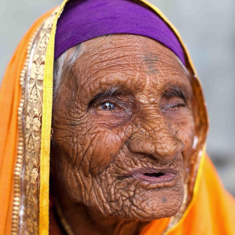 2. «Мне 103 года, поэтому я плохо сплю. Но когда мне это удается, я вижу мертвых — мертвые тела, зна