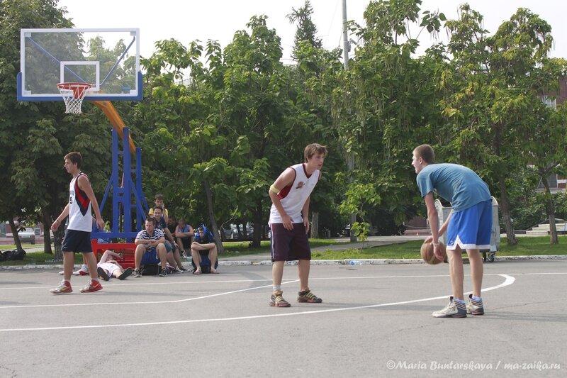 Всероссийские массовые соревнования по уличному баскетболу 'Оранжевый мяч', Саратов, Театральная площадь, 10 августа 2013 года