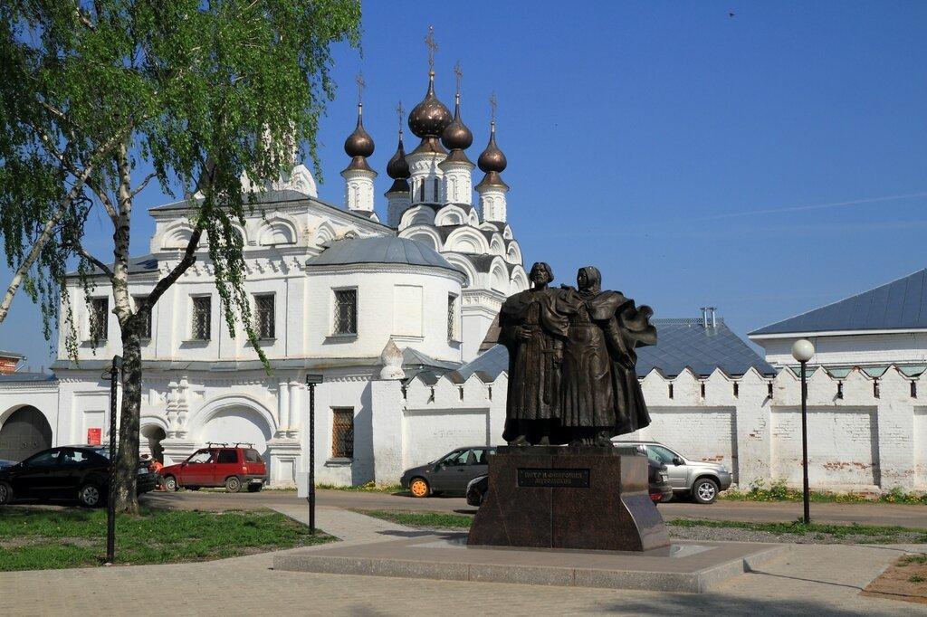 Памятник Петру и Февронии около Благовещенского мужского монастыря, Муром