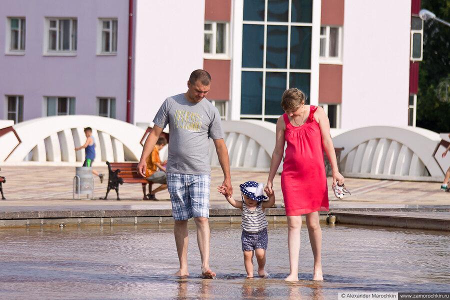 Семейная прогулка босиком в фонтане