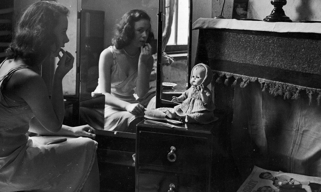 1951. Девушка мажет губы помадой. Бирмингем