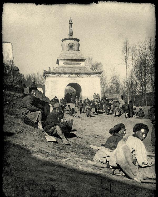 07. Монастырь Гумбум, февраль 1909 года. «Молящихся по случаю пребывания далай-ламы в Гумбуме было великое множество»