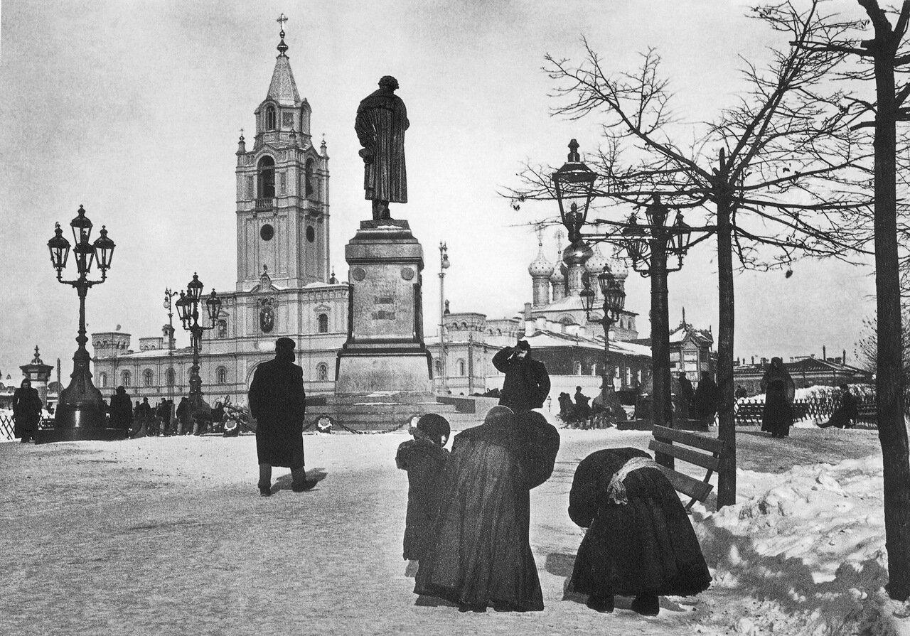 Зимний вид памятника Пушкина.