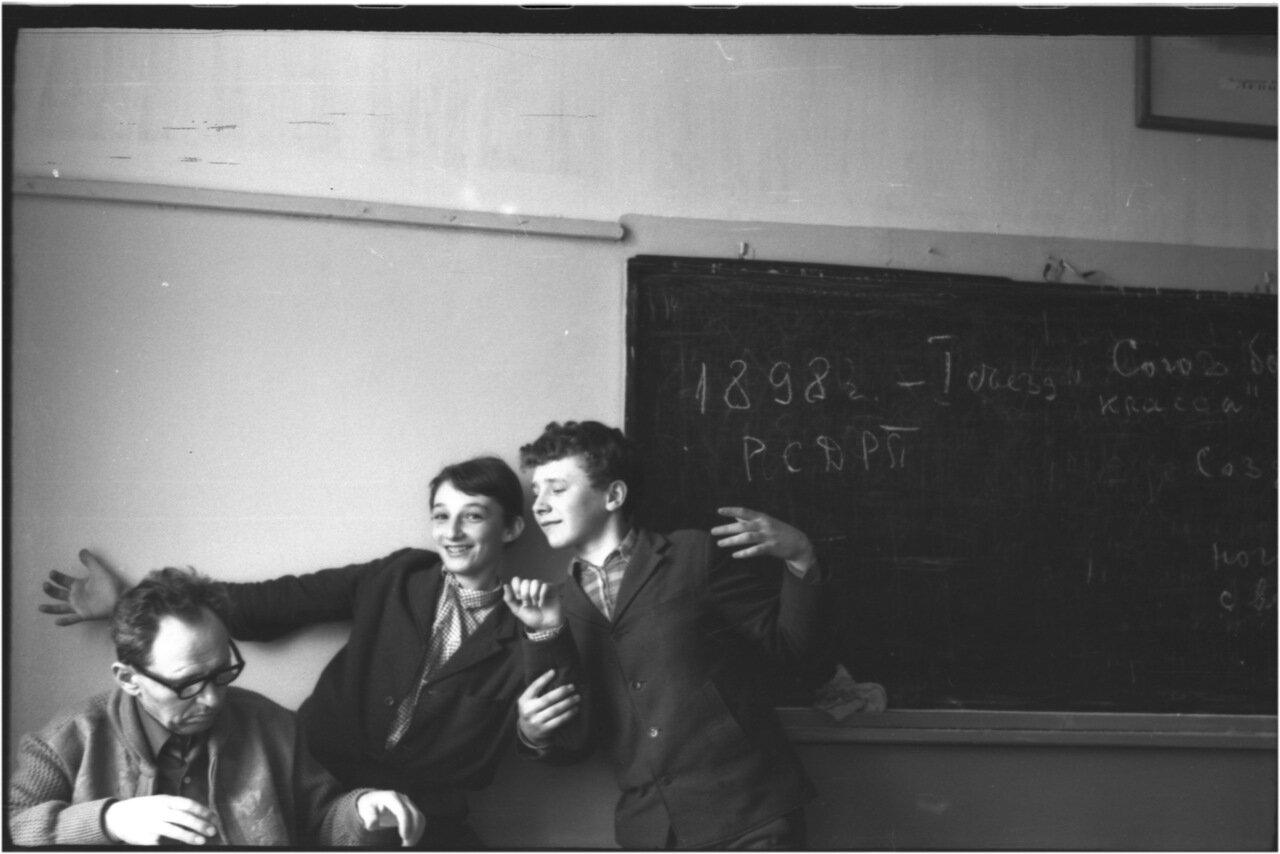 1969-70 класс 8 В. Михаил Иванович. Саша Кашаев. Сережа Кармышев