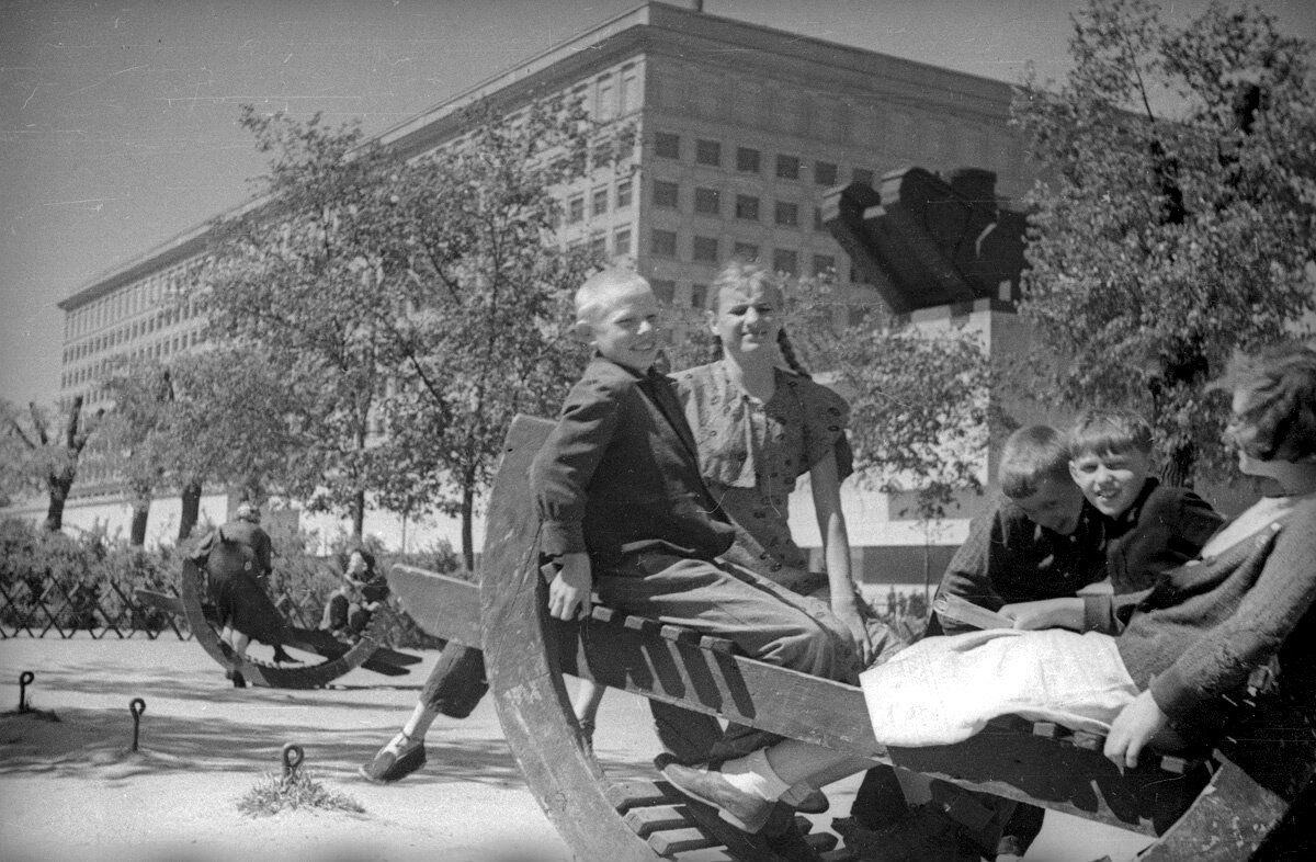 756178 Сквер на Девичьем поле. 1938. А. Устинов
