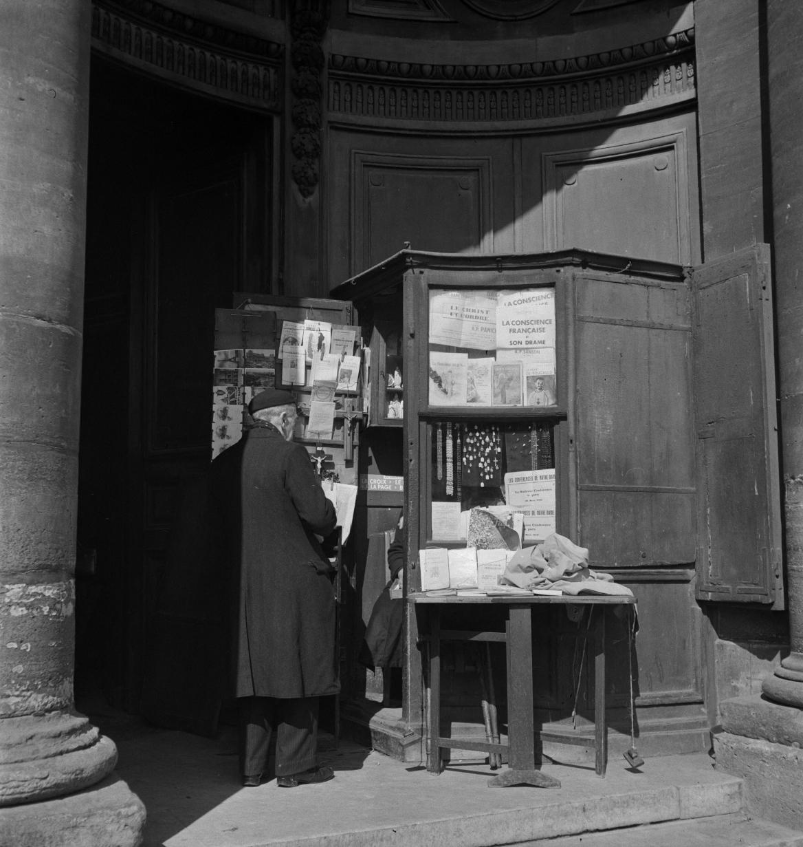 03. Торговец религиозными товарами у дверей церкви Сент-Эсташ