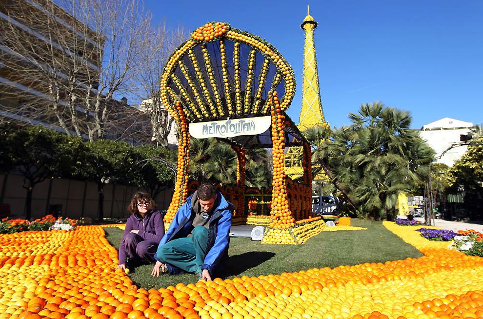 8. Люди раскладывают апельсины и лимоны перед Эйфелевой башней. (Valery Hache, AFP / Getty Images)