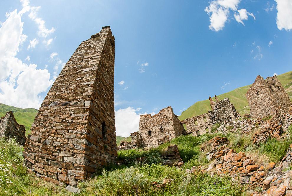 3. Мы в селе Лирси в Мамисонском ущелье. 14 башен, из которых сохранились семь, и множество при