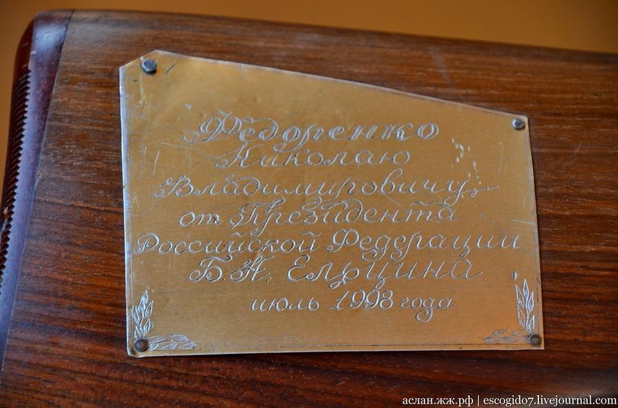 63. Николай Владимирович показал нам ружье подаренное Ельциным.