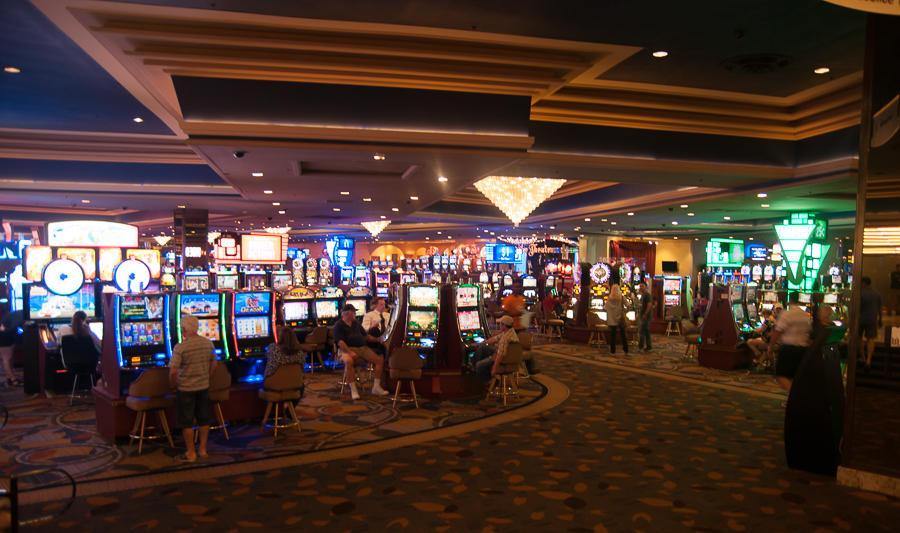2. Автоматов сотни, может даже тысячи в каждой гостинице. Встречают они тебя в аэропорту и провожают