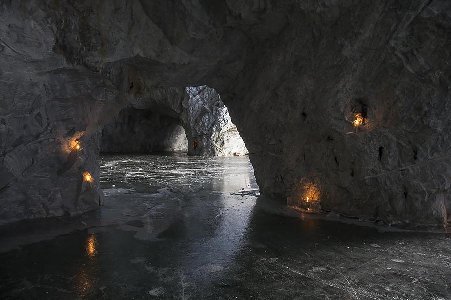 24. Летом сюда по веревке спускают на лодки. Можно поплавать по замкнутой системе пещер.