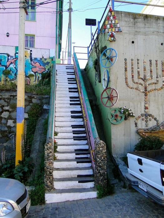 3. «Музыкальные» ступеньки (Чили) Оригинальный стрит арт в Вальпараисо.