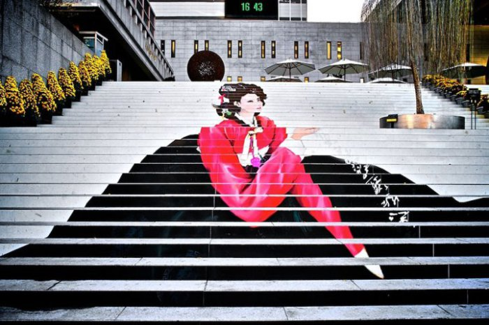10. Ступеньки к музыкальному театру в Сеуле (Южная Корея) Гейша, нарисованная на ступеньках.