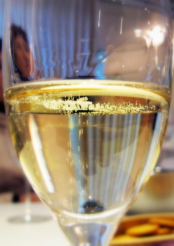 49. Гид показал, как надо держать бокал — только за ножку, чтобы не нагревать руками белое вин