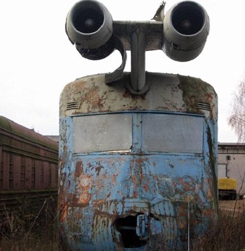 На крыше локомотива были установлены два авиационных турбореактивных двигателя от самолета ЯК-40, ко