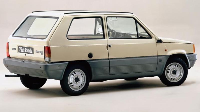 Первые машины оснащались двухцилиндровым мотором с воздушным охлаждением рабочим объемом 562 куб. см