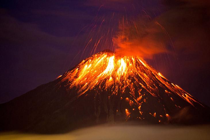 1. Извержение вулкана Синабунг в провинции Северная Суматра, Индонезия, 29 февраля 2016. Распол