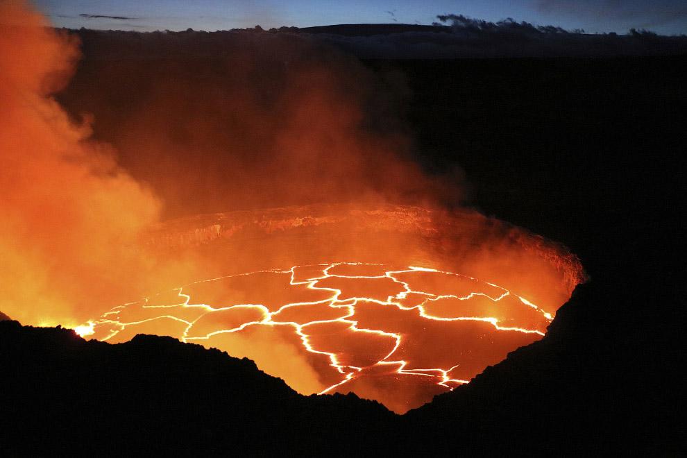 Ученые собирают свежие образцы лавы из вулкана Килауэа для химического анализа. (Фото HVO | USG