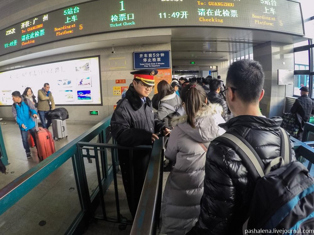 Наконец открыли посадку. Смотрят только билет, паспорт ни тут, ни при посадке в вагон не нужен.