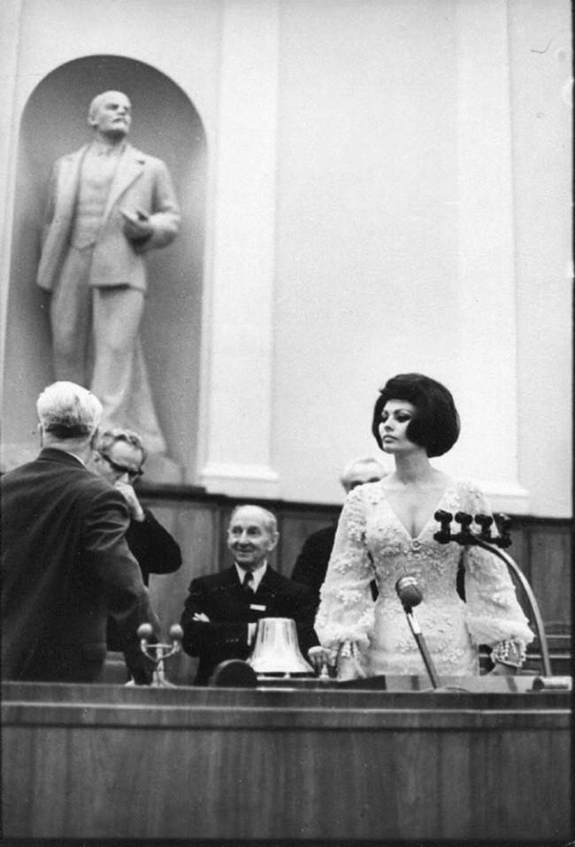Михаил Горбачев в окружении Пьера Ришара и будущего россиянина Жерара Депардье