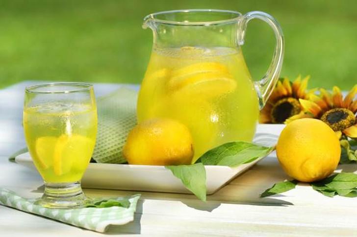 30. Лимонад Смешайте в блендере лимонный сок из трех лимонов и воду и размешайте. Добавьте сахар по