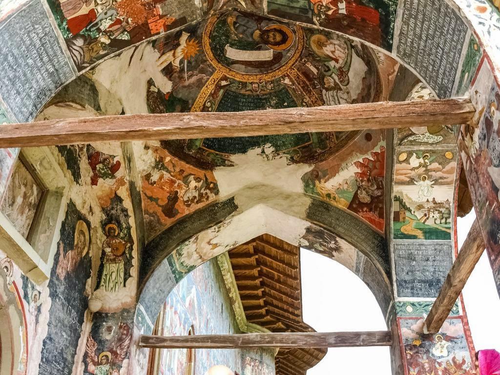 Монастырь Молдовица был построен в 1532 году как символический защитный барьер против турок. Его пос