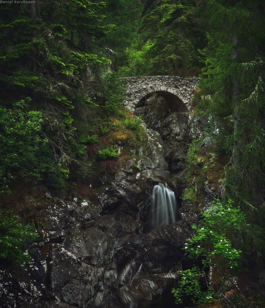 И не менее интересен древний мост Hermitage, живописно расположенный за каскадом реки: