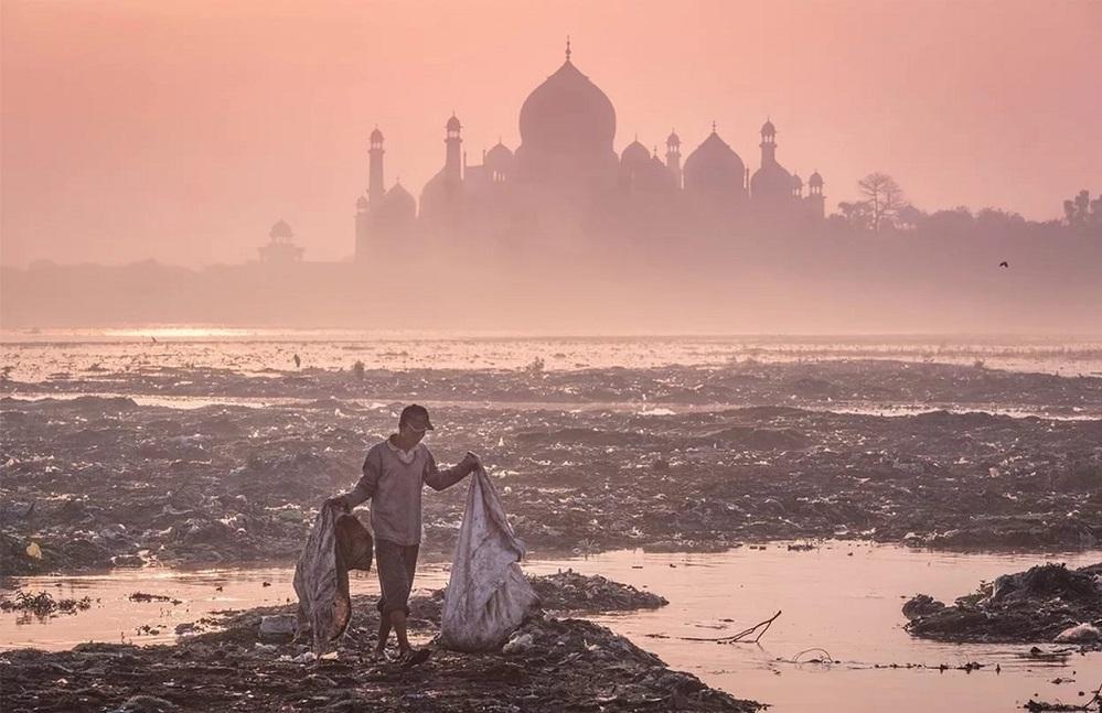 Индийский Тадж-Махал расположен в бедной провинции и резко контрастирует с ее типичными пейзажами.