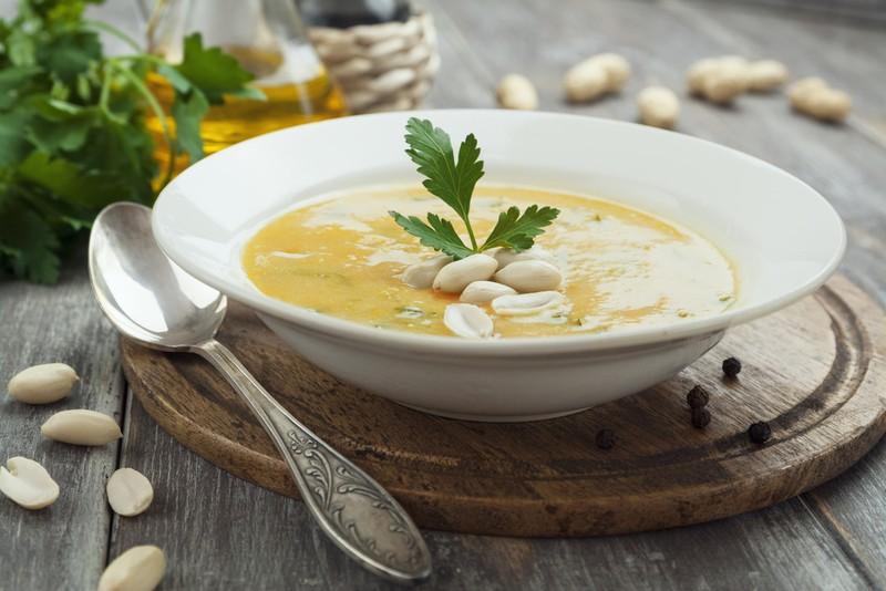 Постный крем-суп с арахисом. Ингредиенты: 200 г помидоров, консервированных в собственном соку 100 г