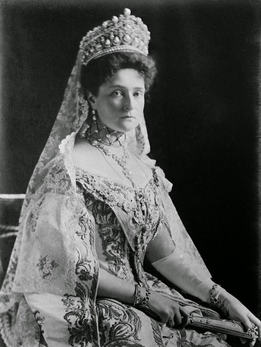 Императрица Александра Федоровна в брачном бриллиантовом венце. После революции большевики массово п