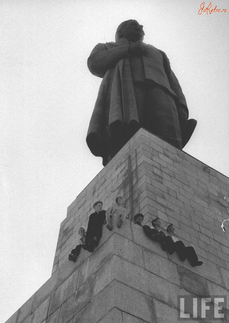 Бронзовый Сталин и дети Россия, Волгоградская область, Волгоград.jpg