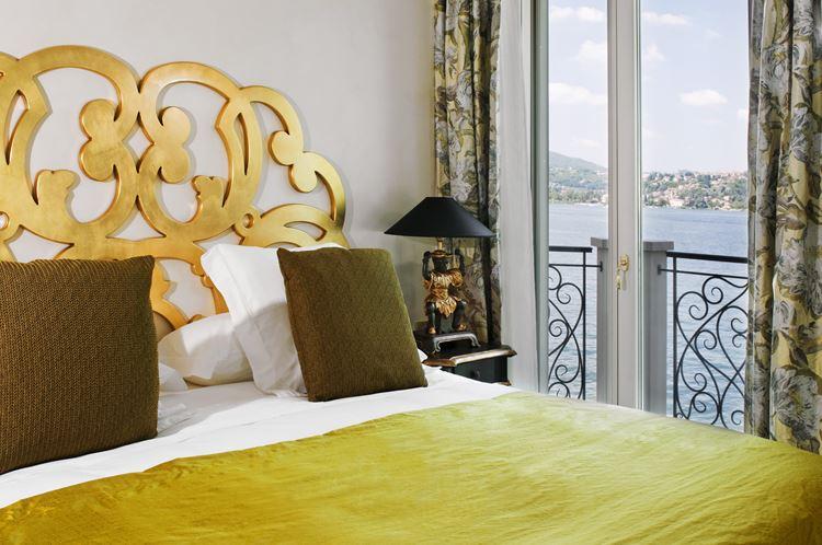 спальня с видом на озеро Комо