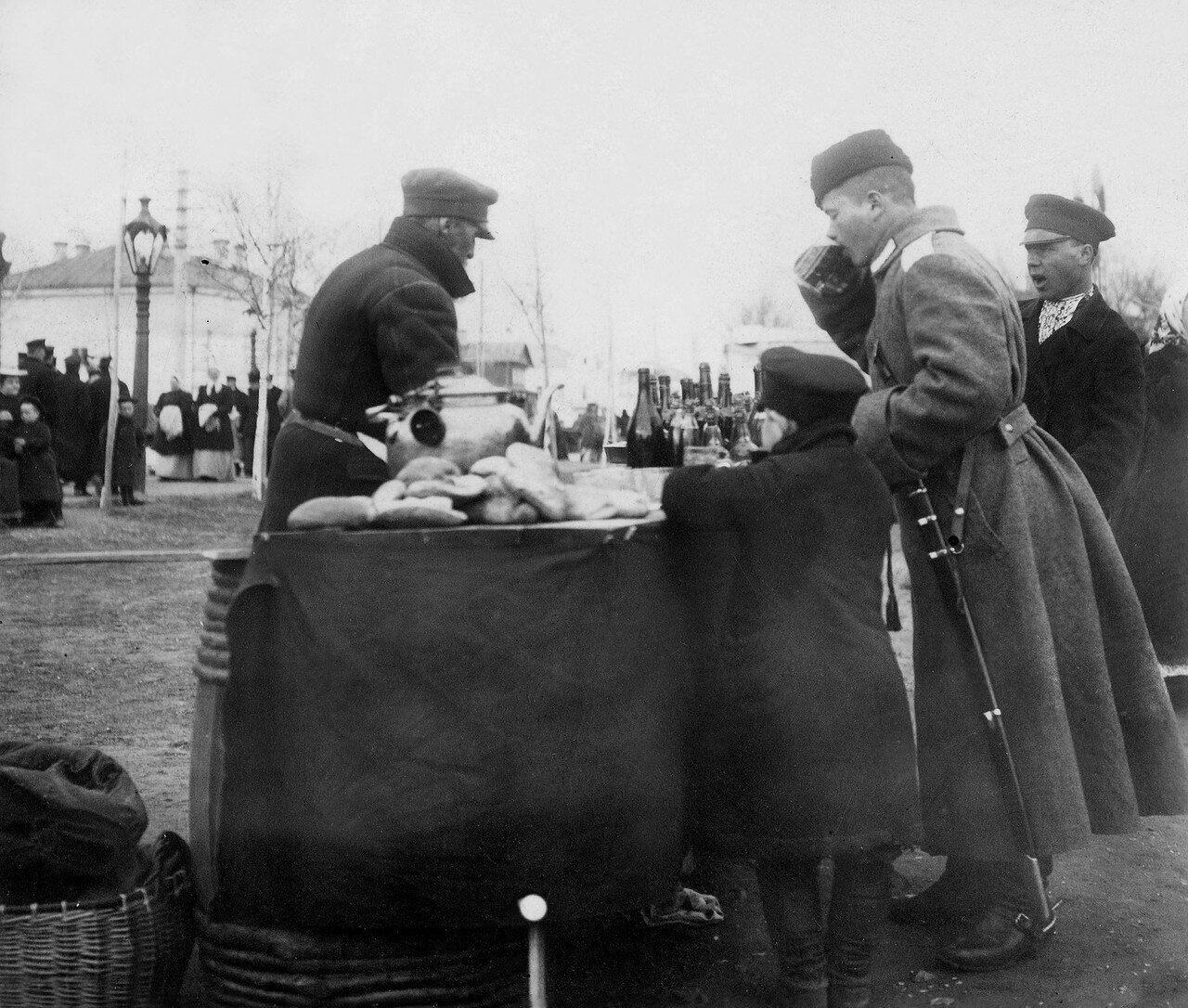 562555 Торговец чаем на уличной ярмарке в Москве кон.90-нач.00-х.jpg