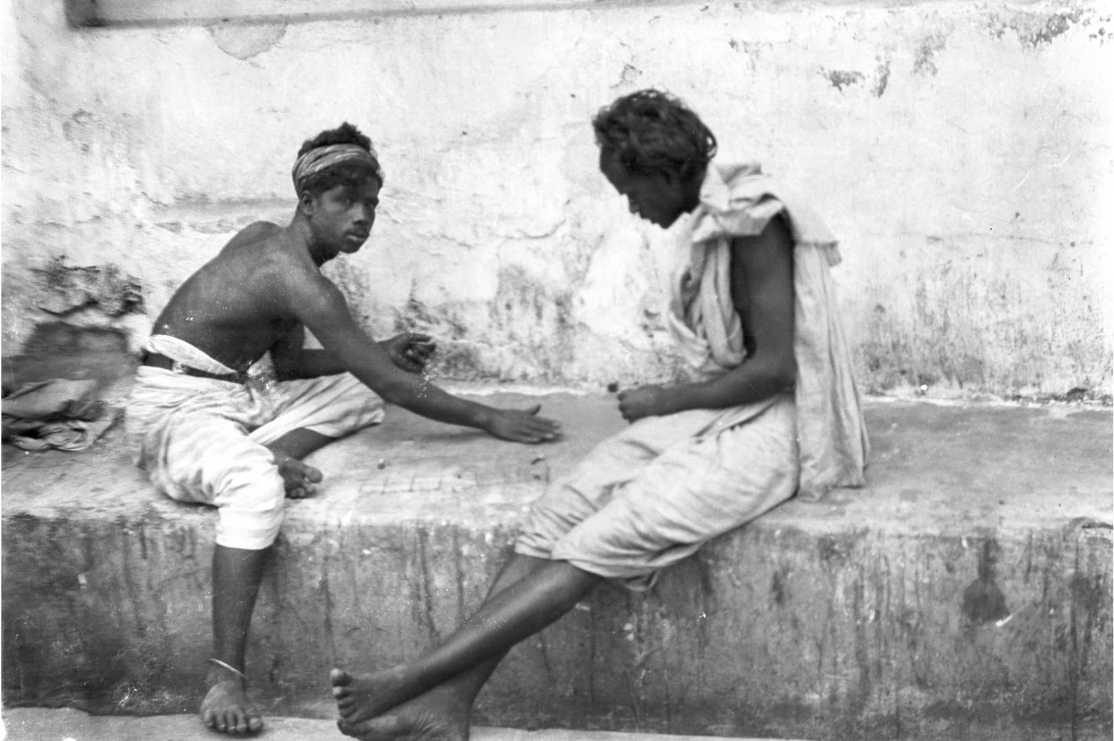 229. Два тамила играют в азартную игру на базаре Канди