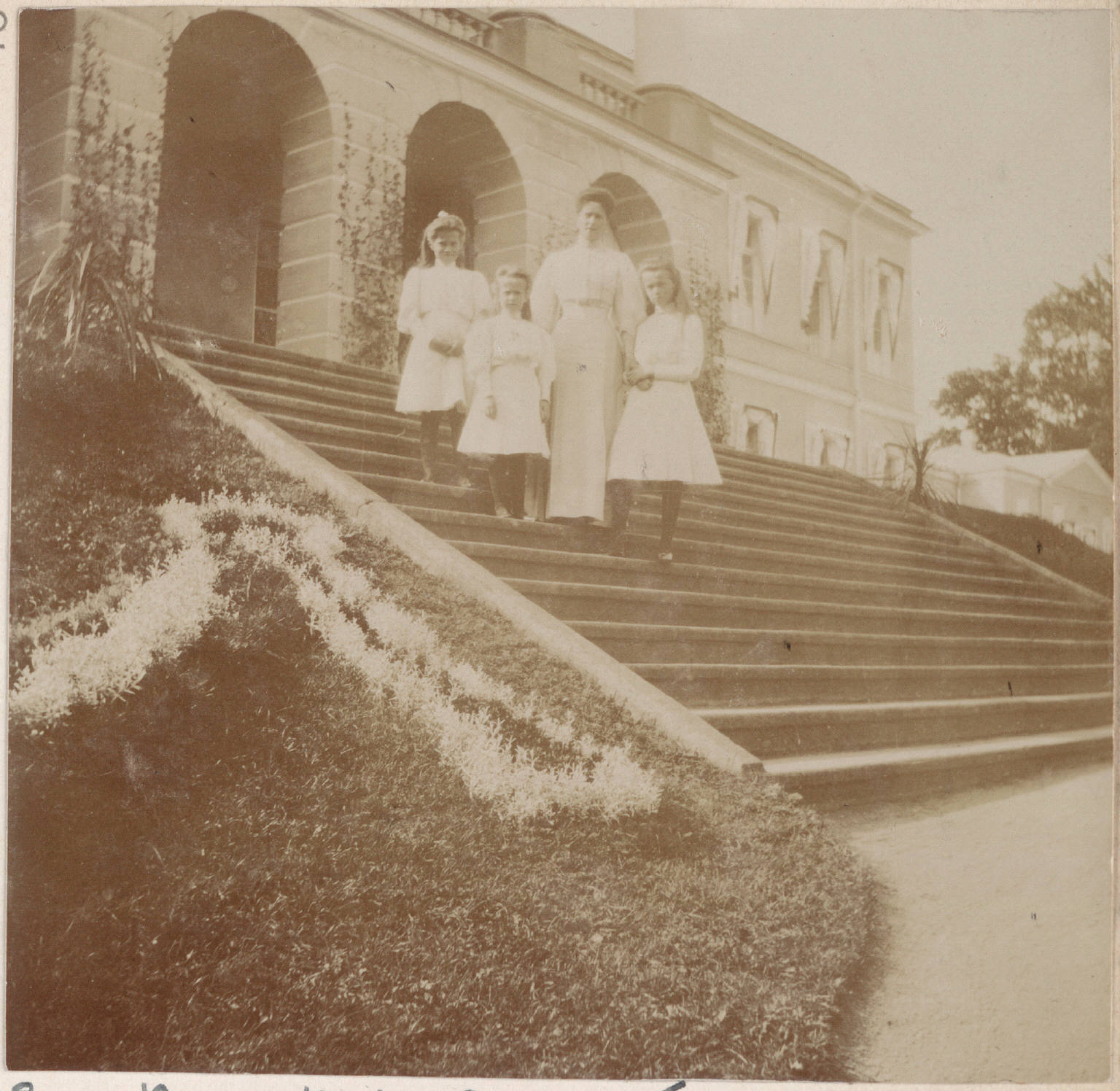 Великие Княжны и Императрица Ал. Фёдоровна на парадной лестнице