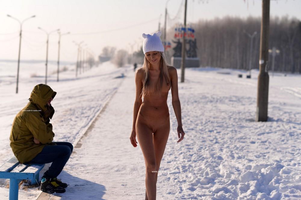 Обнаженная Дарья прогулялась возле зимнего Амура