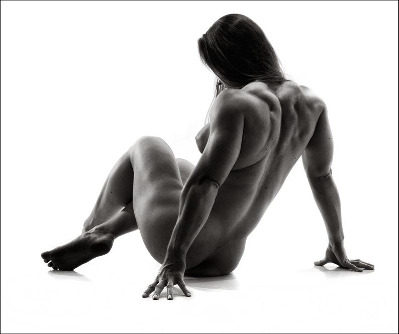 Андре говорит, что тела этих женщин словно ожившие скульптуры, залитые ярким солнечным светом.
