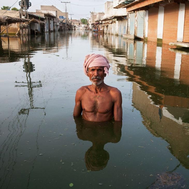 Пакистан, 2010. Житель города Хайрпур-Натан-Шах по имени Ахмед стоит посреди улицы. Наводнение было