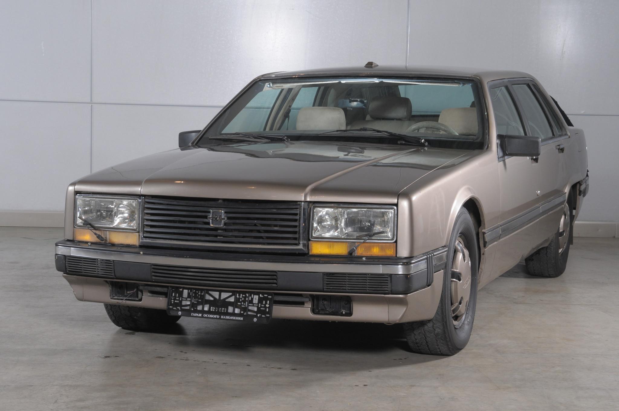 ЗИЛ-4102 был создан в бюро по исследованию и доводке легковых автомобилей ЗИЛ. Принципиальное отличи