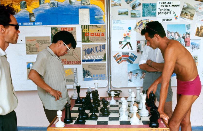 Молодой человек добавил цвета монохромной игре. Фото: Билл Эппридж.