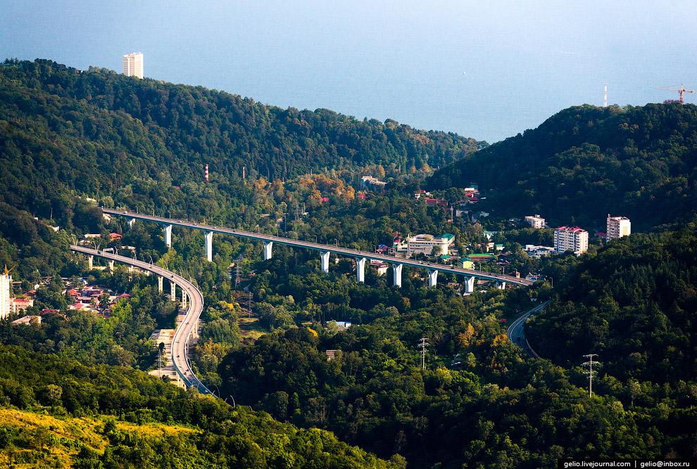 32. Почти вся трасса проходит по эстакадам и тоннелям. В составе проекта: 19 мостов и эстакад,