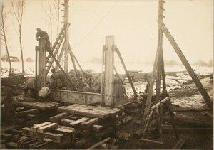 Солдаты во время сборки фермы Эйфеля для перекрытия пролета моста вблизи станции.