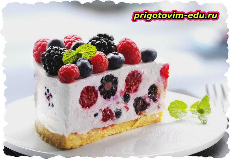 Чизкейк с ягодами малины и черники