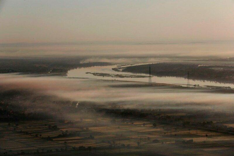 1 апреля 2016 года река Нил частично окутана утренними облаками в Луксоре, Египет. Город на юге Египта является одним из крупнейших в мире музеев под открытым небом с величественными храмами и гробницами древних царей.