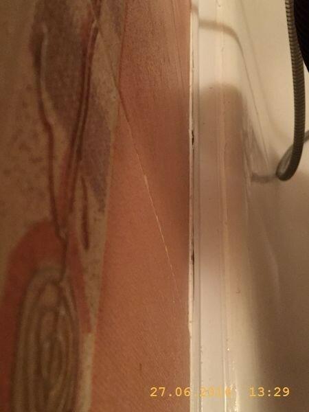 Не ровно уложенный кафель - ступеньками - вот и причина отстыковки