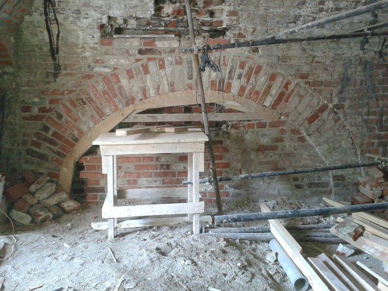 10. При реставрации разгрузочной арки также использовали подлинный большемер. Поваренный корпус 1570-х гг