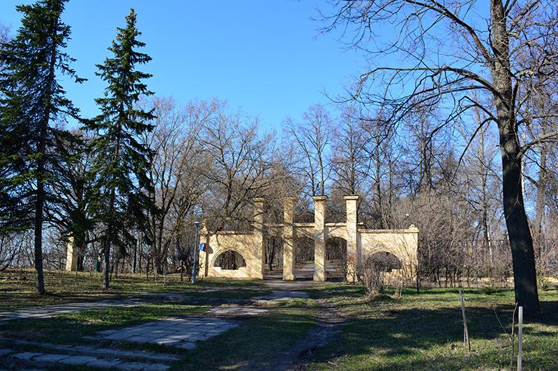 парк в апреле ворота.jpg