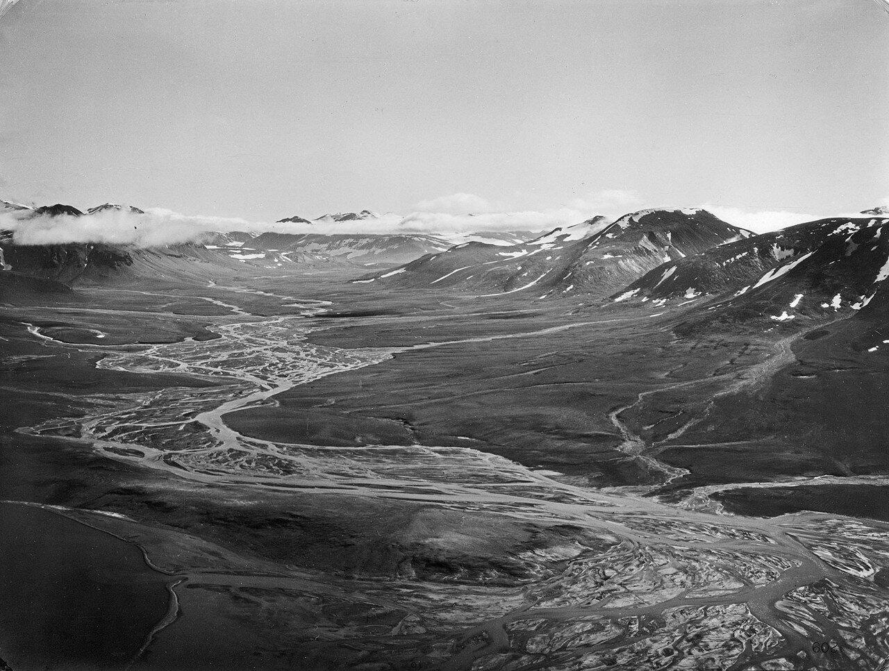 1931. Новая Земля. Вид с воздуха на горный пейзаж с рекой Шумилицей, впадающей в Маточкин пролив