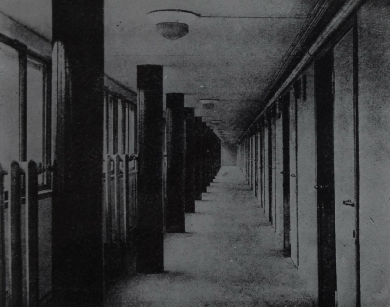 1930. Коридор дома Наркомфина