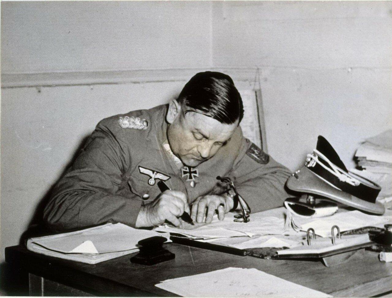 25 августа. Генерал Дитрих фон Колтиц подписывает капитуляцию немецких войск в Париже